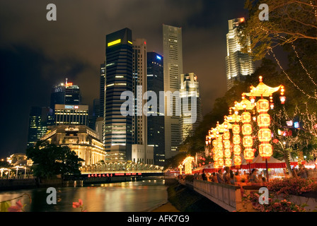 Singapur-Wolkenkratzer-Skyline bei Nacht Citylights Esplanade HarbourFront Fullerton Hotel UOB Plaza Lim Bo Seng - Stockfoto