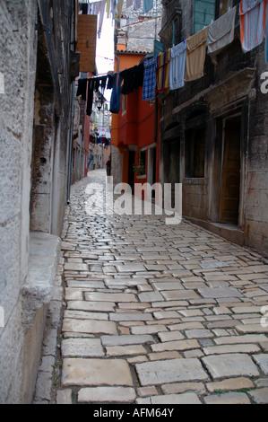 Waschen von Linien und getragenen weißen Steinen der Straßen der alten Stadt von Rovinj Istrien Kroatien - Stockfoto