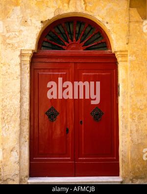 MT - MDINA: Rote Tür in der historischen Altstadt - Stockfoto