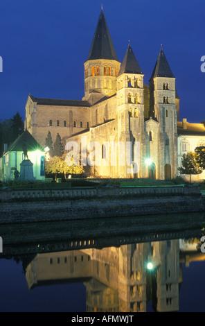 Basilika Sacre Coeur in Paray le Monial nachts Burgund Frankreich - Stockfoto