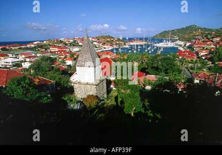 Karibik-Übersicht der Stadt St. Barts Kirche Kirchturm, farbigen Gebäude und Segelbooten in der marina - Stockfoto