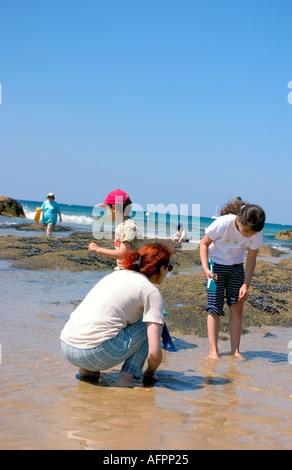 Familie Kinder Eltern Menschen im Sand von einem französischen Strand Angeln - Stockfoto