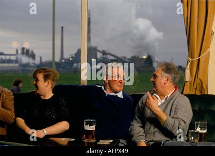 Umweltverschmutzung durch die Industrie. MONKTON KOKEREI CLUB. Werke club Mitglieder trinken und im Schatten des - Stockfoto