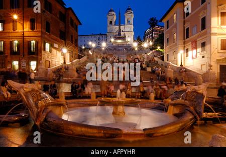 Foto von der Piazza di Spagna mit dem Brunnen gefunden in Piazza di Spagna im Vordergrund - Stockfoto