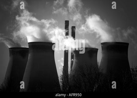 Kraftwerk Dampf Kohlendioxid Kohlekraftwerk CO2-Strom Generator Verschmutzung Verbrennen fossiler Brennstoffe Pylon - Stockfoto