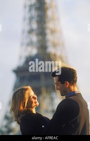 Paar am Pont De Billy mit Eiffelturm in Paris - Stockfoto