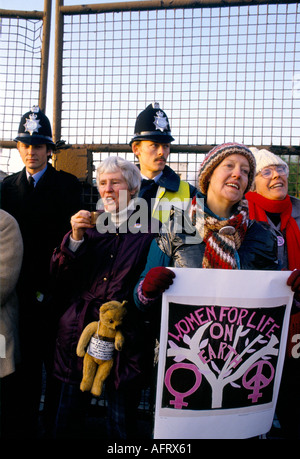 WOMENS PEACE CAMP BLOCKADE DER USAF NUKLEARE MARSCHFLUGKÖRPER LUFTWAFFENSTÜTZPUNKT GREENHAM COMMON BERKSHIRE ENGLAND. - Stockfoto