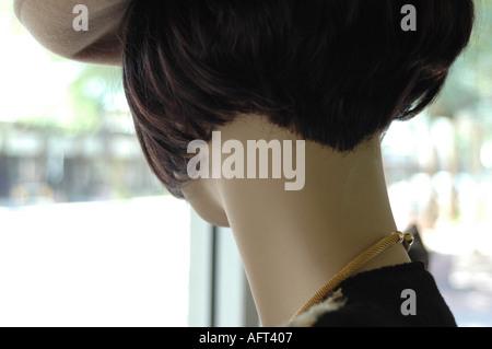 Hinterkopf von dunklen Haaren Schaufensterpuppe im Schaufenster - Stockfoto