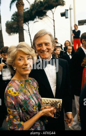 Kirk Douglas amerikanischer Schauspieler und seine Frau Anne Buydens bei den Cannes Film Festival France 1980er - Stockfoto