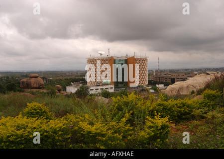 Indien Hyderabad Andhra Pradesh Wolken über modernen Gebäude im Hi-Tech-Stadt - Stockfoto