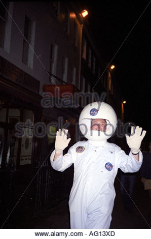 Mann im Kostüm während Silvesterabend neues Jahr in Dorchester, Dorset UK - Stockfoto