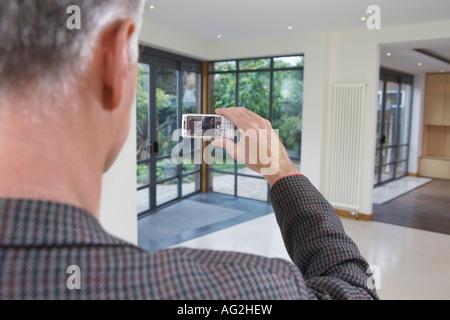 Immobilienmakler, die neue Eigenschaft zu fotografieren - Stockfoto