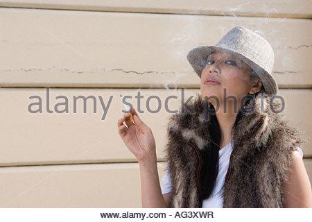 Junge Frau, die raucht - Stockfoto