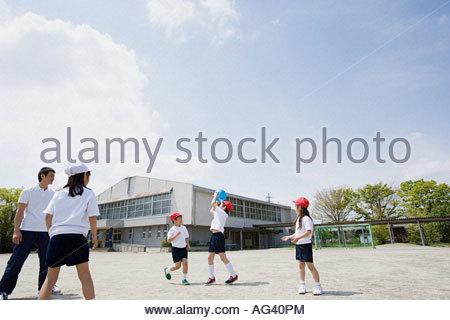 Klettergerüst Aus Reifen : Grundschule spielplatz mit kinder spielen am klettergerüst und