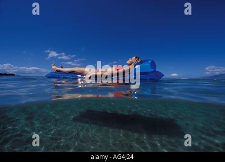 Ein oben und unten Blick des Mädchens schwimmend auf einem blauen Matte in Lahaina, Maui, Hawaii. - Stockfoto