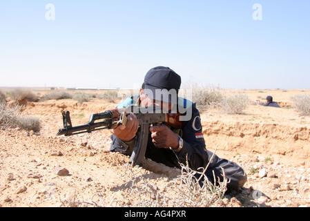 Irakische Polizisten mit AK47 - Stockfoto