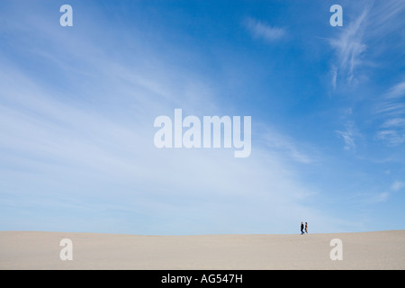 Fuß der Düne ein paar Spaziergänge am Rande einer großen weißen Sanddüne - Stockfoto