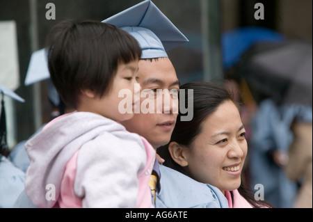 Asiatische Absolvent tragen Kostüm und Mörtel Board posiert mit Familie Klasse tagsüber am Columbia College in New - Stockfoto