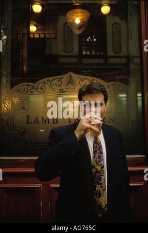 Leadenhall Market City of London eine Mittagspause trinken außerhalb der Lamm Taverne HOMER SYKES - Stockfoto