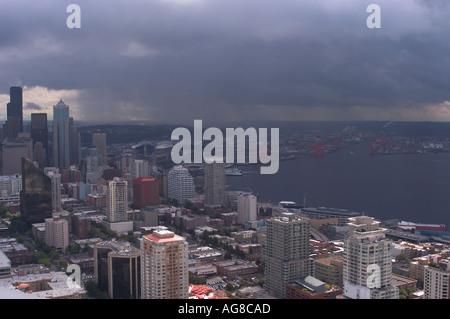Blick auf Innenstadt und Hafen von Seattle von der Space Needle - Stockfoto