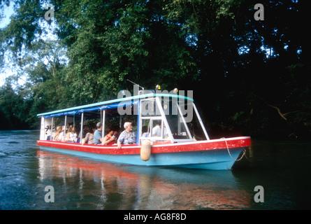 Eco Touristen an Bord einer lancha anzeigen Tierwelt auf dem Río Sarapiqui Heredia Costa Rica - Stockfoto