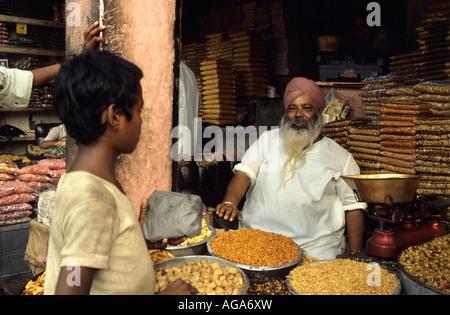 Indien, Amer, Rajasthan, Mann verkauft Gewürze Shop - Stockfoto