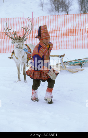 Ein Saami Mann gekleidet in traditionellen Kleidern zerrt ein Rentier Bull an Ostern Rentier-Rennen von Kautokeino, - Stockfoto