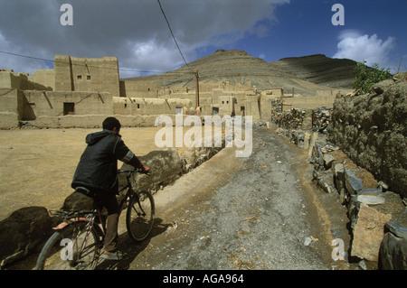 Junge-Zyklen in der Berber Dorf Agoudal im hohen Atlas in Marokko. - Stockfoto