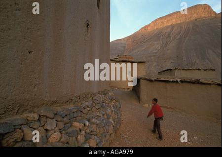 Ein Junge geht durch die Berber Dorf Oulghazi, Gebiet Imilchil, hoher Atlas, Marokko. - Stockfoto