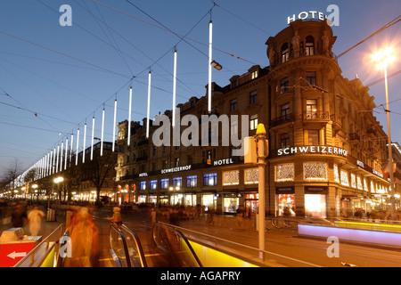 Schweiz-Zürich-Bahnhofstrasse in der Dämmerung Chistmas Illumination Hotel Schweizer Hof - Stockfoto