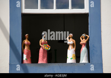 Brasilien Ouro Preto Dorf Schaufenster von Lady Keramikfiguren in traditionellen Kostümen - Stockfoto