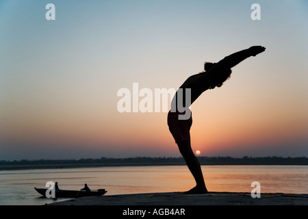 Dr. Rakesh Yogi in die Hasta Utthan Asana angehoben Arm Yoga-Haltung - Stockfoto