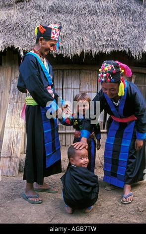 Laos, Luang Prabang, Frauen und Kinder aus Bergstämme der Hmong - Stockfoto