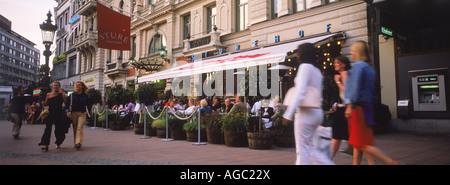 Menschen und Restaurants am Stureplan im Zentrum von Stockholm - Stockfoto