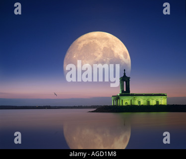 GB - LEICESTERSHIRE: Moon over Normanton Kirche in Rutland Water - Stockfoto