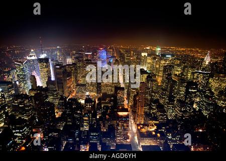 Skyline von New York City vom Empire State Building bei Nacht gesehen - Stockfoto