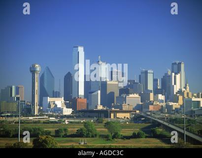 Dallas Skyline über Viadukt mit Reunion Turm links - Stockfoto
