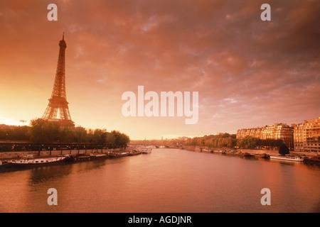 Eiffelturm Paris Skyline Apartments entlang Seine bei Sonnenaufgang - Stockfoto