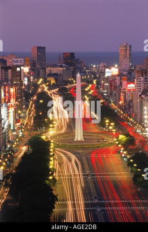 Ampel auf der Avenida 9 de Julio und Obelisko in Buenos Aires in der Abenddämmerung - Stockfoto