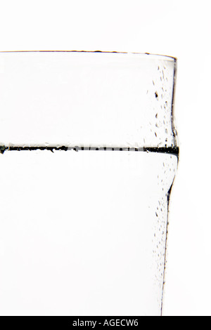 Wasser in einem Glas hautnah. - Stockfoto