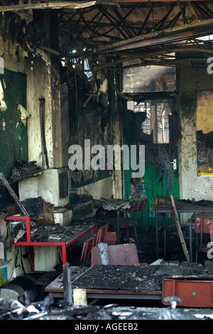 Ausgenommene Klassenzimmer ausgebrannt, nach einem Brand Rogerstone Grundschule Newport Gwent Wales UK zerstörte - Stockfoto