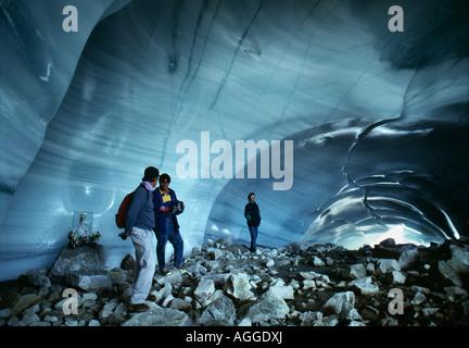 Bolivien, Zongo, Menschen stehen in Zongo Eishöhle - Stockfoto
