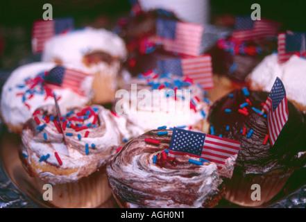 Cupcakes in patriotischen Farben und Dekorationen für den 4. Juli Partei verkleidet. - Stockfoto