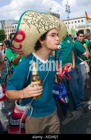Mexikanische Ventilator in einen Sombrero bläst ein Fußball-Pfeifen während eines Spiels Mexiko während der WM in - Stockfoto