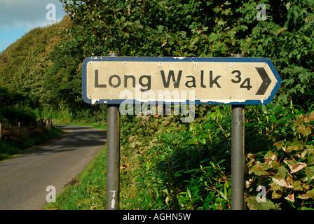 "Wegweiser nach ""Long Walk"" auf dem B8025, Kilmartin Valley - Stockfoto"