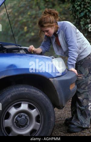 Teenager-Mädchen tun Wartungsarbeiten am Auto - Stockfoto