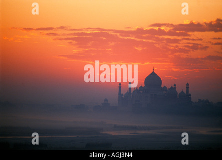 Morgendämmerung bricht über dem Taj Mahal Agra Indien - Stockfoto