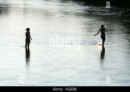 zwei junge Teenager genießen Sommer Abendsonne in einem Fluss - Stockfoto