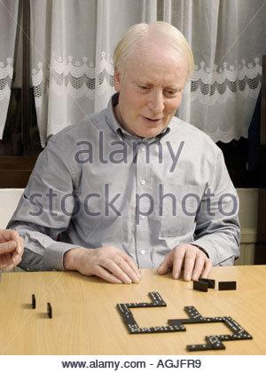 Mann in Domino spielen - Stockfoto