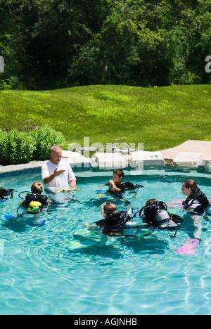 Eine Gruppe von jungen Studenten nehmen private Tauchstunden in der Familien-Pool auf einem heißen Sommertag Modell - Stockfoto